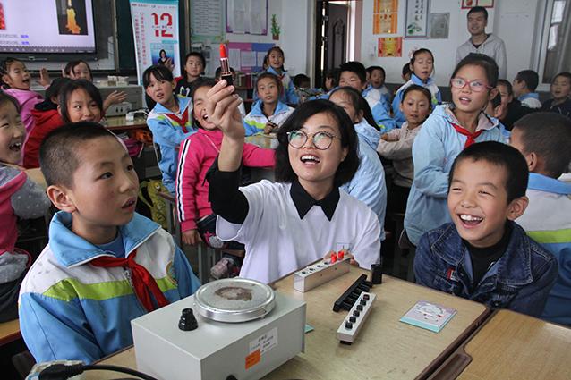 李晓娟老师教孩子们怎样制作纯天然口红.jpg
