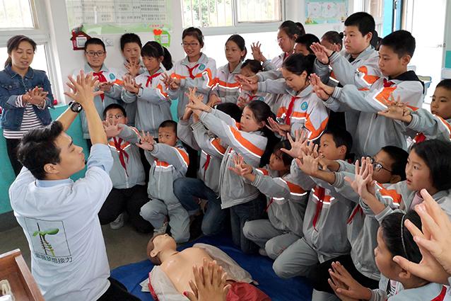 急救讲师王淼正在给孩子们做心肺复苏急救演练手势示范.jpg