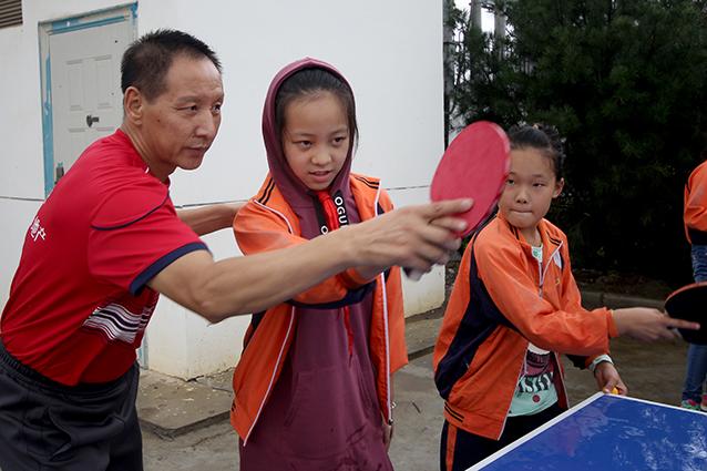 """""""紫薇之家""""乒乓球队队员夏云峰老师手把手指导乒乓球握拍.jpg"""